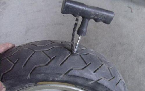 二手车轮胎被扎怎么办,三招应急办法帮你解围