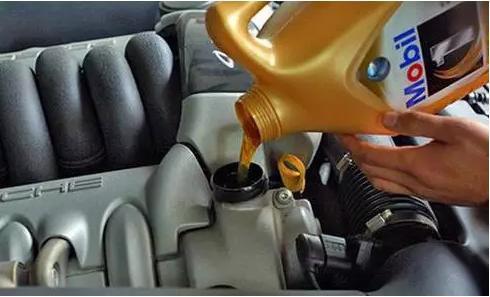 汽车每次保养剩下的机油直接扔掉,留着下次还能用吗